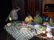 はなずきんの日記帳-夕食を食べる子供